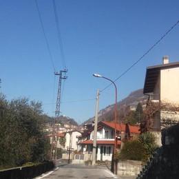 Via Segantini, beffa senza fine  Adesso i lampioni sono ko