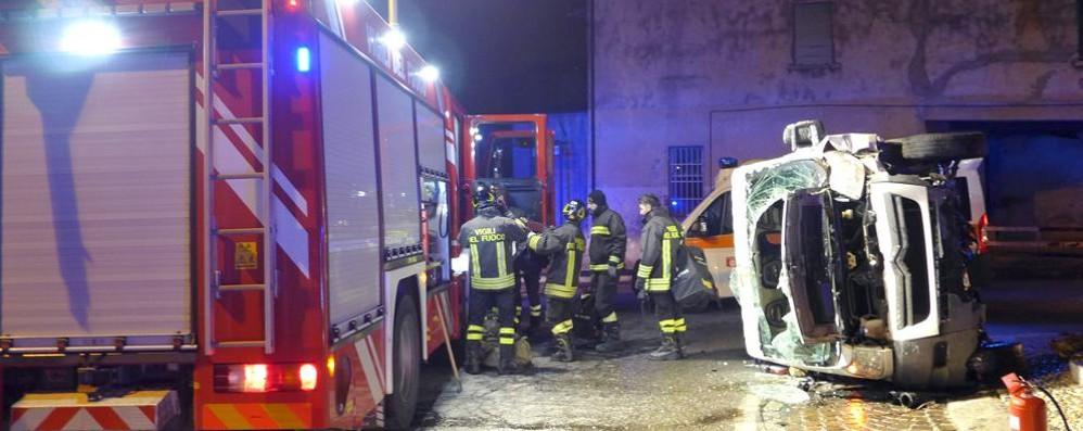 Furgone si ribalta a Cesana  Due persone ferite