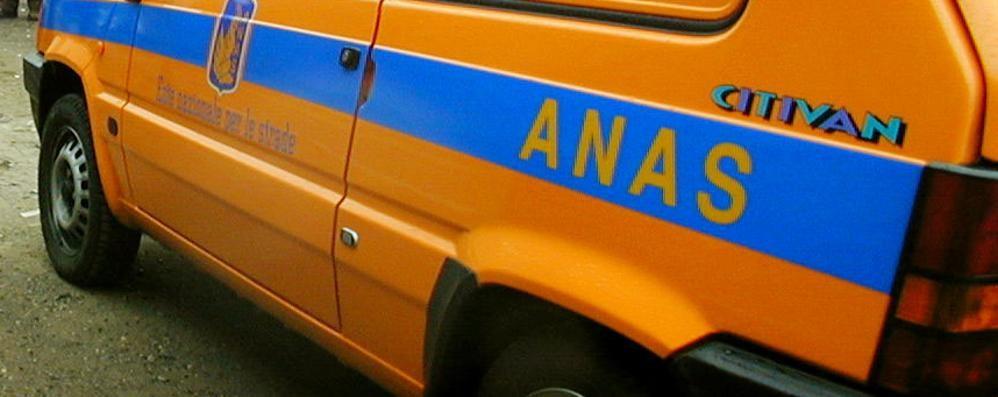 Mezzo pesante si ribalta, chiuso tratto di statale a Bianzone
