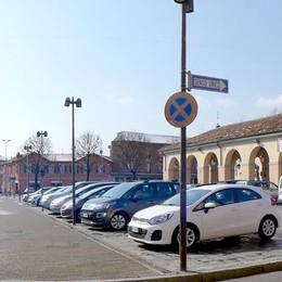 Erba, le auto restano in piazza  Vittoria (a metà) dei commercianti