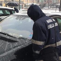 """Il """"battesimo"""" degli ausiliari del traffico  Nessuna multa: merito della nevicata"""