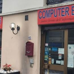 Cernusco , dopo l'incendio le telefonate   Titolare del negozio minacciato di morte