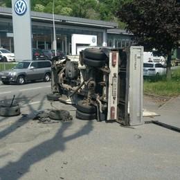 Garlate, perde il controllo dell'auto  e si schianta contro un furgoncino