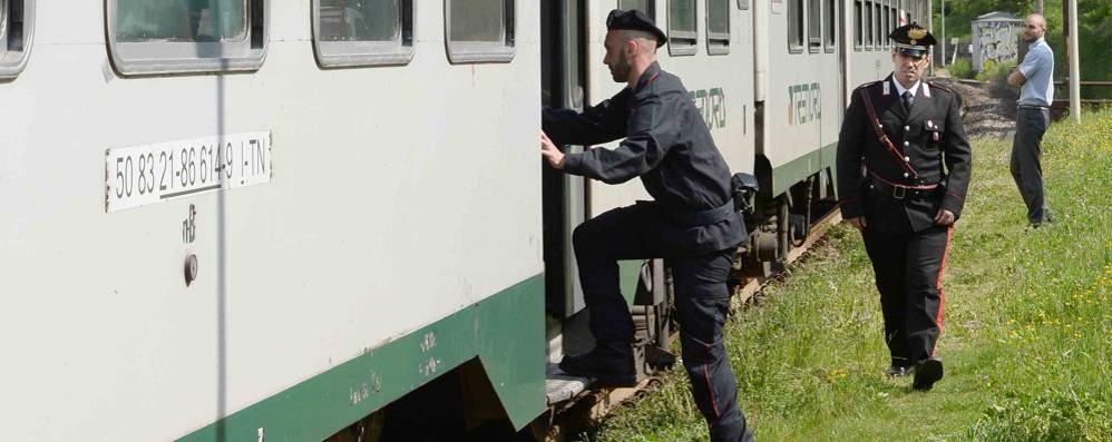 Maxiblitz dei carabinieri in stazione Controlli sul treno anche con i cani