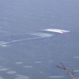 Galbiate, con l'auto nel lago Automobilista miracolato