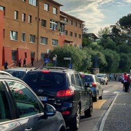 Civate, auto in terza fila davanti alle scuole  «A breve nuovo posteggio in via Broggi»