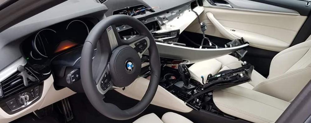 """Posteggia l'auto nuova in zona """"movida""""  Devastata dai ladri di pezzi di ricambio"""