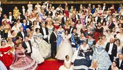 Al Teatro Sociale il gran ballo in platea Dame e cavalieri in abiti ottocenteschi