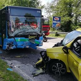 Barzago, frontale con un bus  Grave una donna di 46 anni