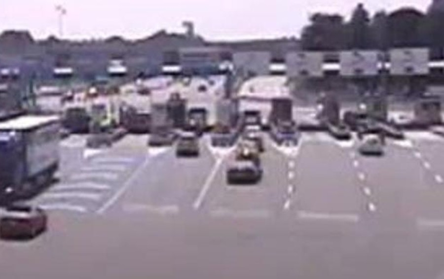 Fa inversione in autostrada (video)  Patente ritirata al camionista