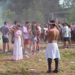 Spray al peperoncino a Holi trip  Guai agli occhi per dieci ragazzi