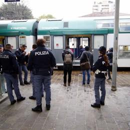 Un poliziotto ferito   per salvare il capotreno