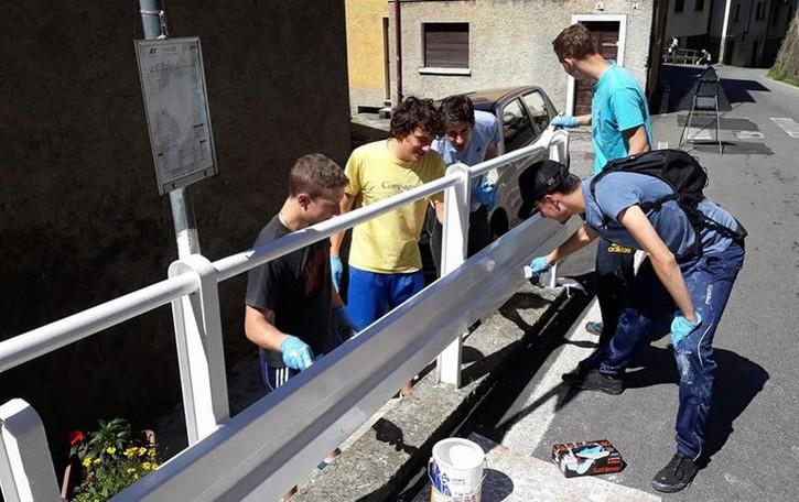Premana, l'esempio dei ragazzi  La classe 2000 dipinge il guard rail