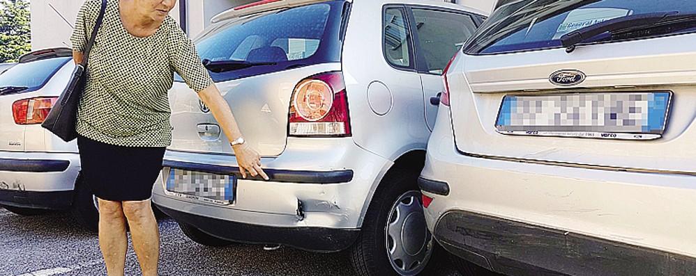 Un'auto ne urta altre tre e scappa