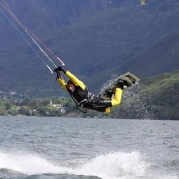 Gli agoni a riva per deporre le uova  Vietato praticare il kitesurf