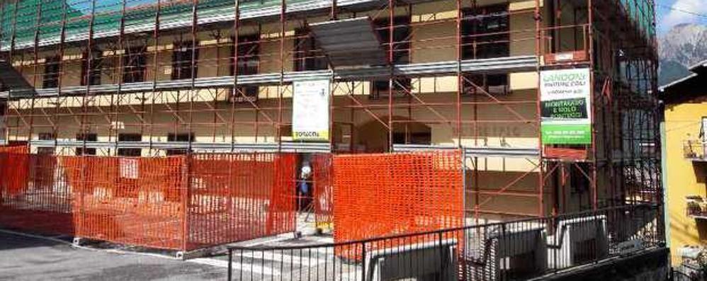 Grana amianto per i lavori al municipio  «Le tegole del tetto sono contaminate»