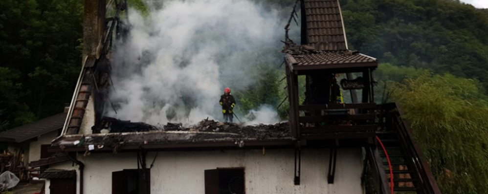 Erve, rogo in una villetta  Vigili del fuoco in azione