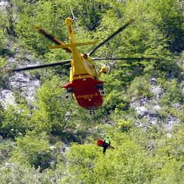 Escursionista cade sul sentiero  Viene soccorso con l'elicottero
