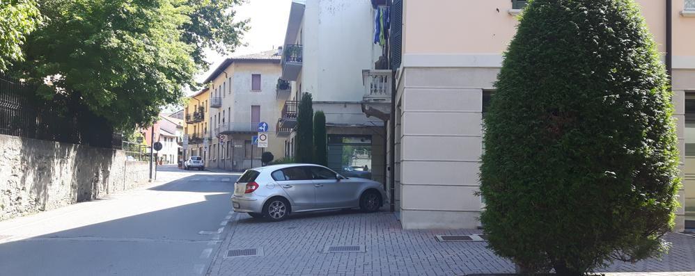 Urla dal terrazzo e mette in fuga i ladri  «Giovanissimi e parlavano italiano»