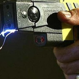 Pistola elettrica e spray agli agenti  La Regione: nel 2019 bando per i comuni