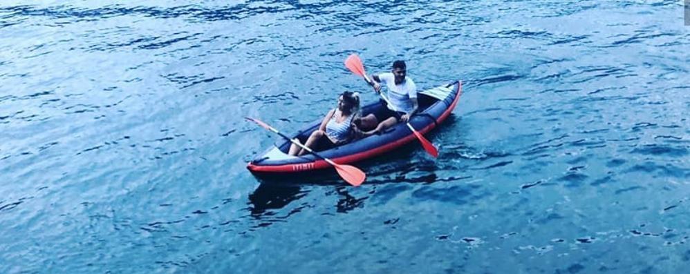 Icardi, Wanda Nara e Lisandro Lopez  Kayak sul Lario per i vip del calcio