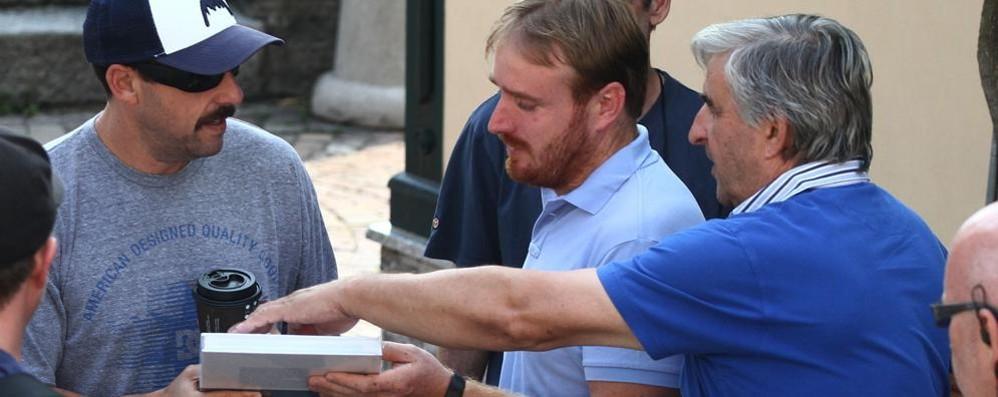 Argegno, ultimo giorno di Murder Mystery  Un libro in dono all'attore Sandler