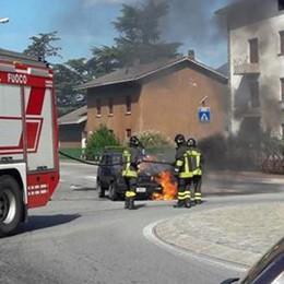 Morbegno, un'auto in fiamme alla rotonda