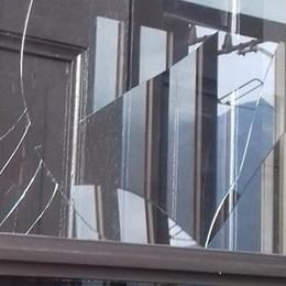 Ancora i vandali in azione   Il vetraio sostituisce gratis