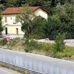 Argine alla follia: barriere  per impedire di attraversare la 36