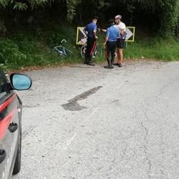Va dritto al tornante in bici    Ciclista ferito a Dizzasco