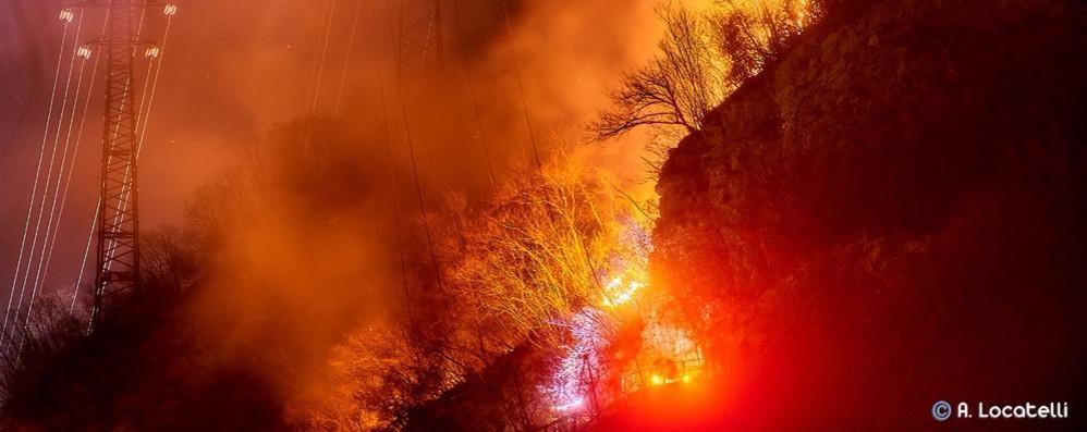 Auto in fiamme a Civate E bruciano i monti