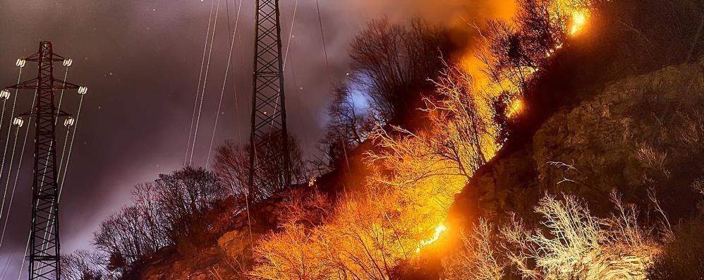 Grosso incendio nella notte a Poada  Il rogo provocato da un petardo