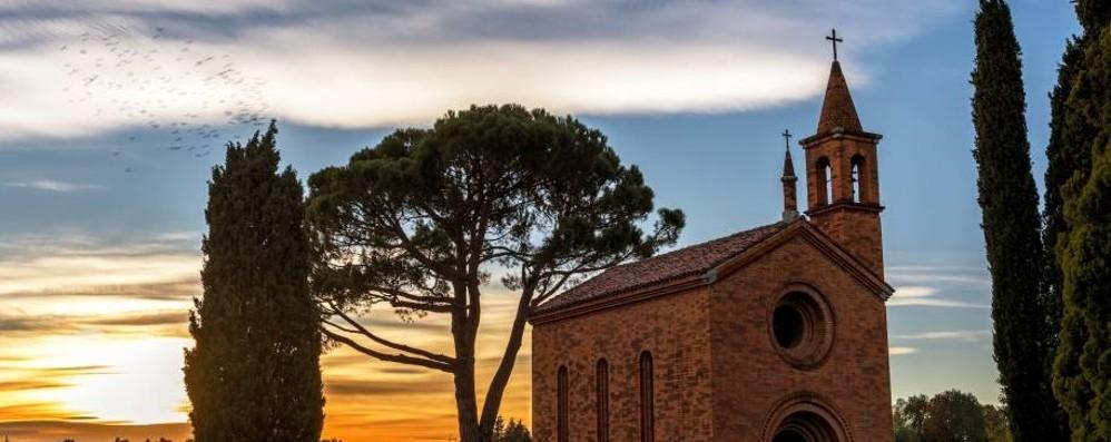 """Inverigo, """"Beautiful Pomelasca""""  La foto della chiesetta  conquista il Touring"""