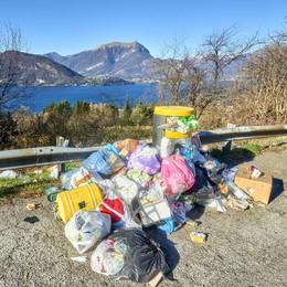 Foto romantica al lago  Con vista sui rifiuti