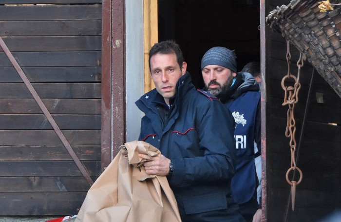 I carabinieri del Ris durante il sopralluogo al rifugio Barchi