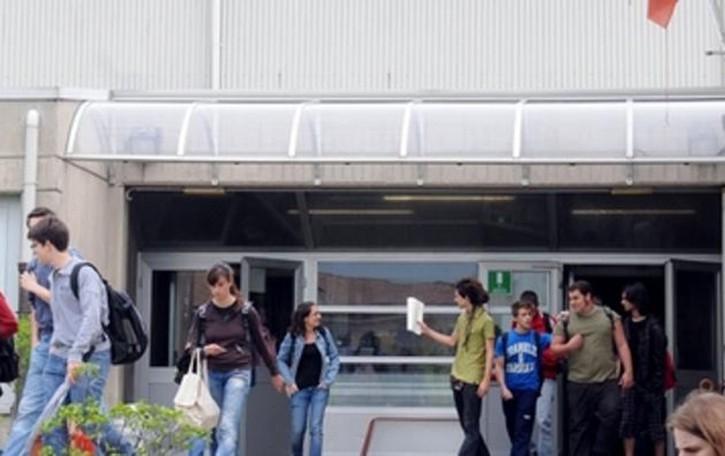 La pavimentazione è da rifare Studenti a casa a rotazione