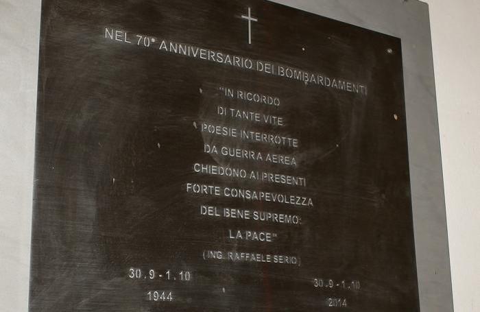 La targa commemorativa posata al lavatoio in piazza Mercato in occasione del 70° del bombardamento