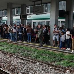 Lecco, tutti col treno per le Frecce  Ma non c'è posto: caos in stazione  Poi lo show a Varenna. IL VIDEO