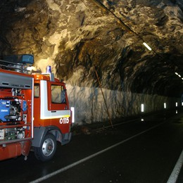 """Bellano, sassi in galleria  Chiuso il tunnel """"Tre Madonne"""""""