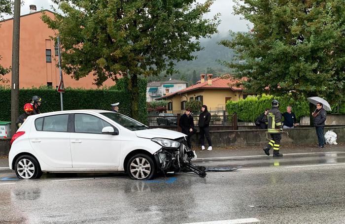 La Hyundai ferma in mezzo alla strada dopo l'impatto con il palo della luce