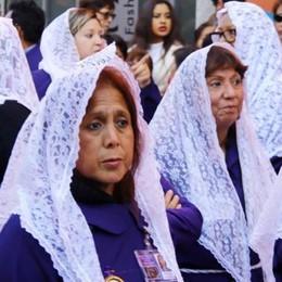 Lecco, tremila peruviani in processione  Centro fermo, poi grigliate e picnic