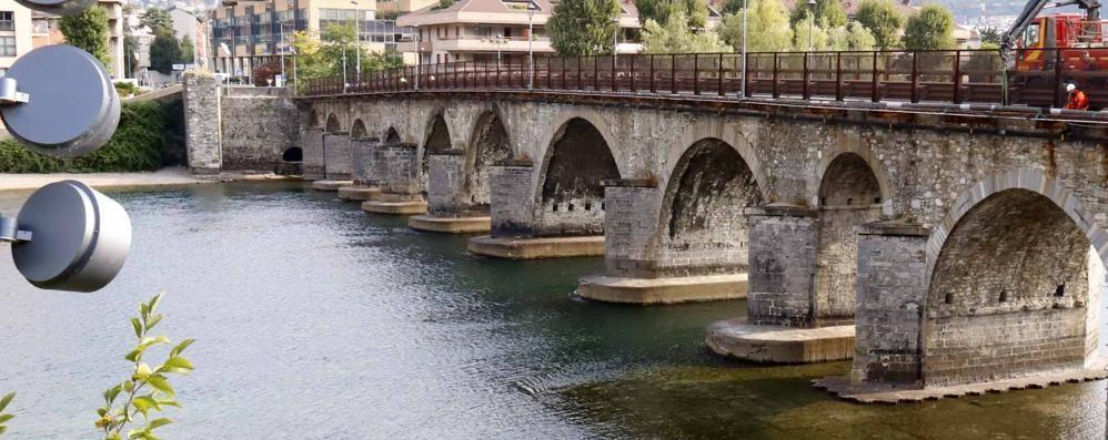 Lecco. Ponte Vecchio   a senso unico alternato