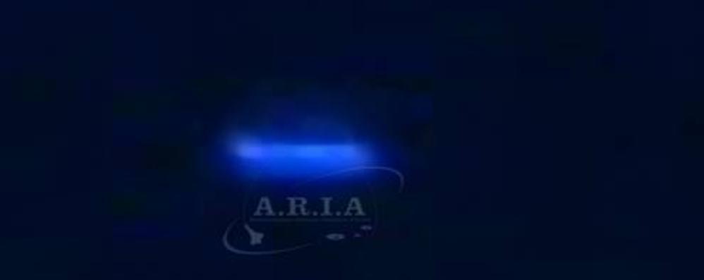 Luce blu in cielo: «Oggetto volante e non terrestre»