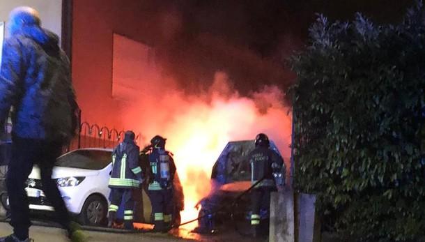 Calolzio, un botto nella notte  Due auto andate a fuoco  Torna l'incubo piromane