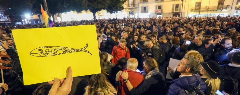 """Le """"Sardine"""" nuotano pure a Lecco  «Oggi Facebook, domani la piazza»"""