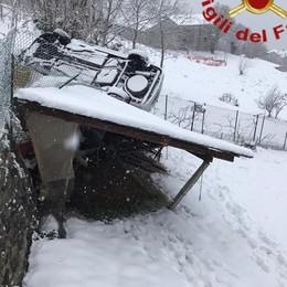 Dongo, auto ribaltata finisce su tettoia  Primi disagi sulle strade per la neve