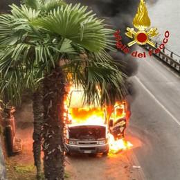 Furgoncino prende fuoco   in provinciale a Bellano