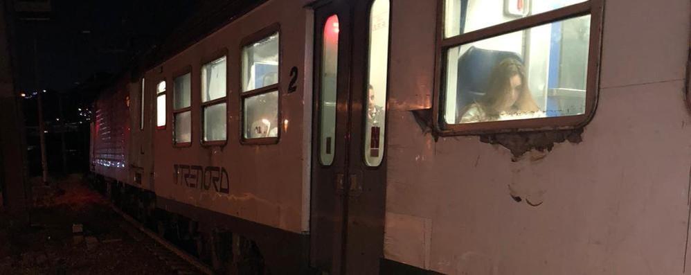 Calolzio, il treno ferma in anticipo  «Noi al buio e senza la banchina»
