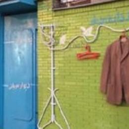Un muro per i vestiti che non si usano più  «Se non hai bisogno lascia, se no prendi»