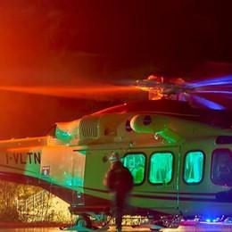 Ciclista investito nella notte a Cantù Gravissimo, soccorso dall'elicottero